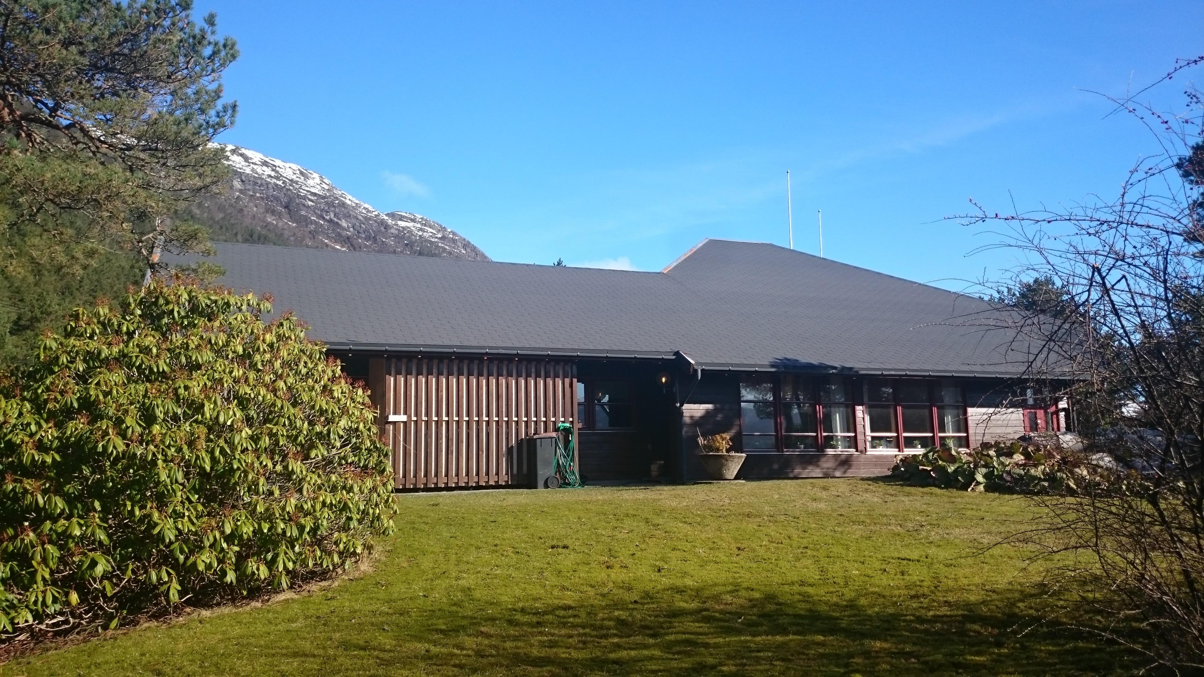 Alværa-med-fjell-i-bakgrunn
